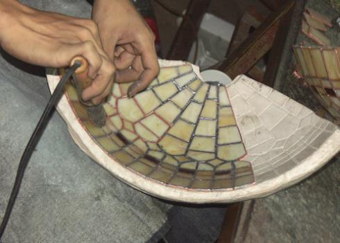 lampy witrażowe - lutowanie fragmentów szkła