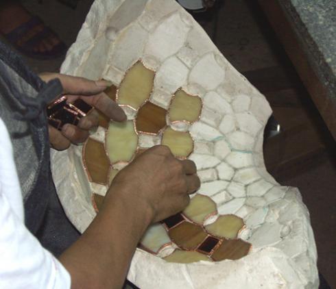 lampy witrażowe - budowa kształtu lampy z kawałków szkła